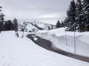 Schneewände zum Crater Lake